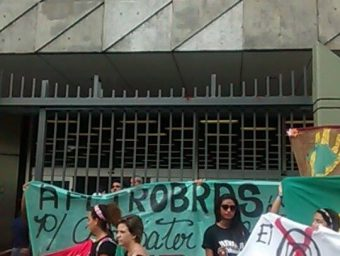 Estudantes realizam no RJ ato por Constituinte e contra cortes de verba na educação