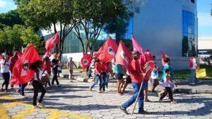 Militantes em caminhada na rua da secretaria de Lelo Coimbra