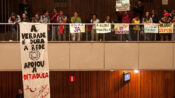 Jovens escracham Rede Globo na Assembleia Legislativa de Minas Gerais