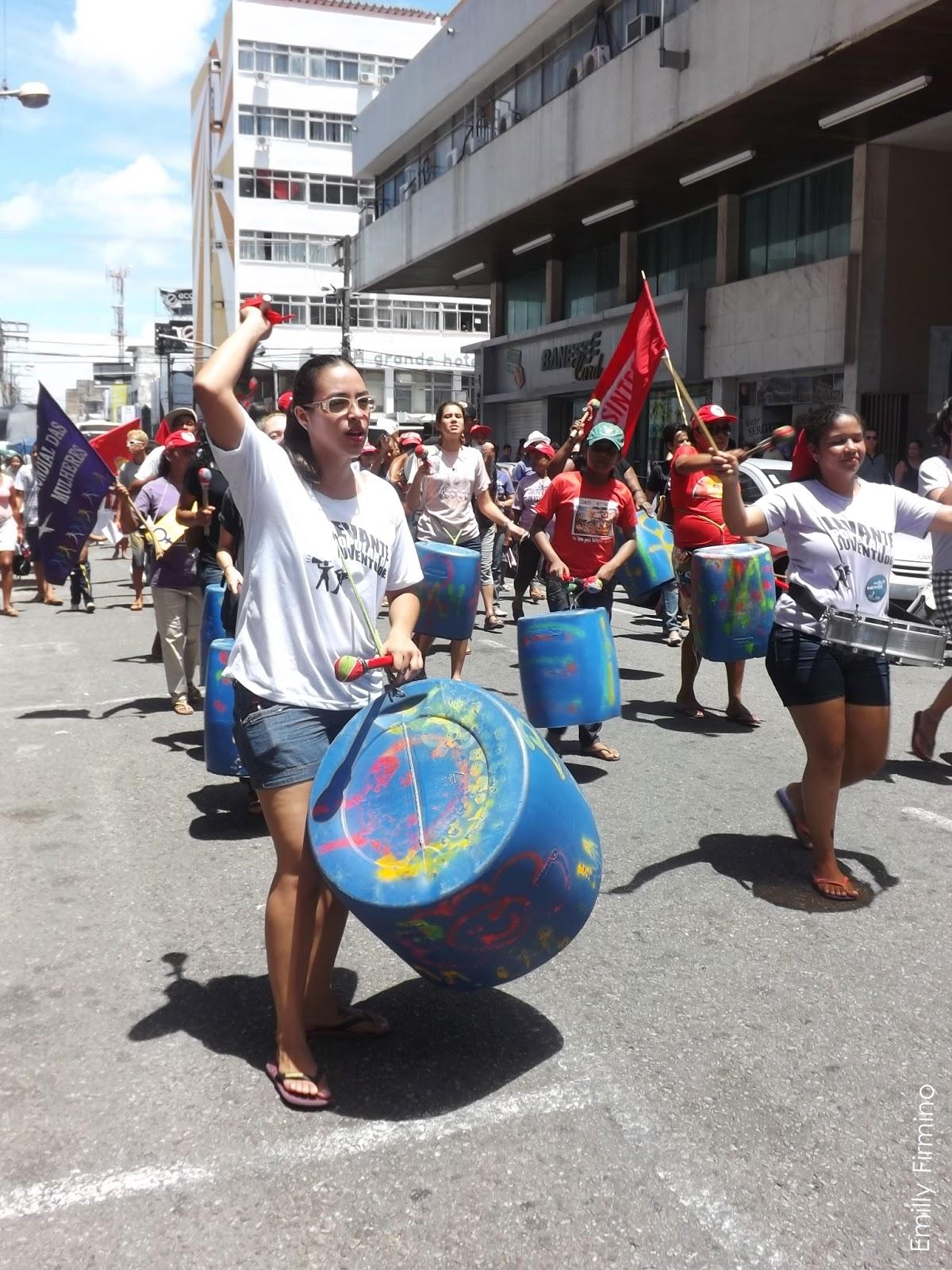 Mulheres marcham no centro de Aracaju no 8 de março